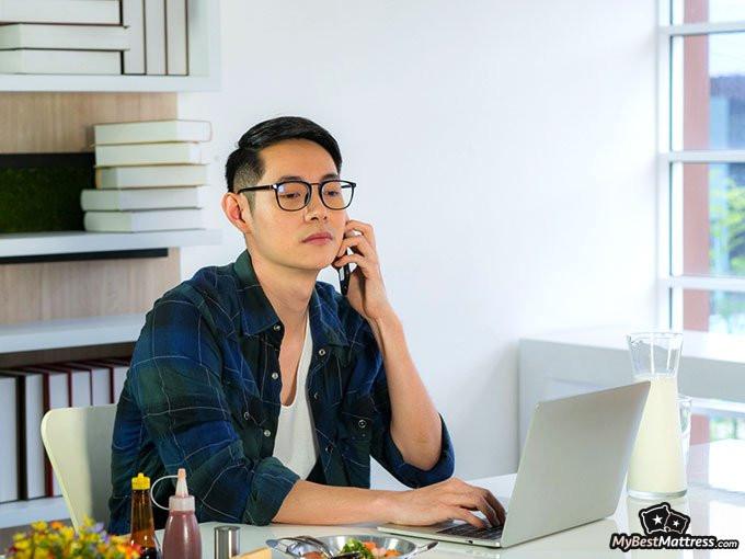 jak sprzedać materac: człowiek używający komputera