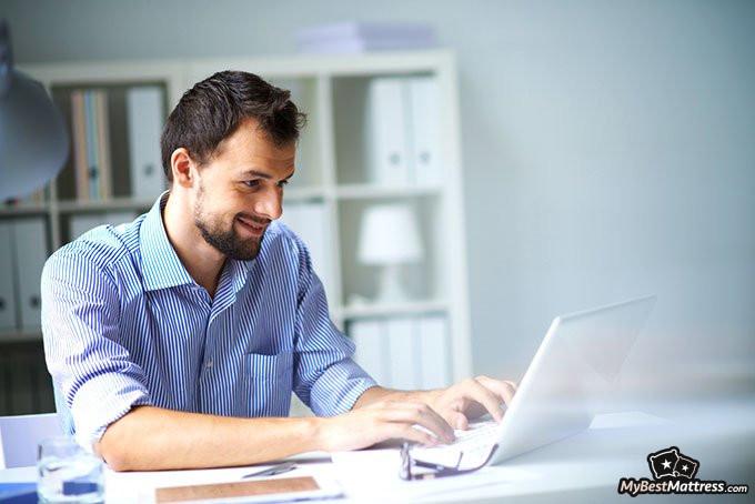 jak sprzedawać materace: człowiek używający komputera