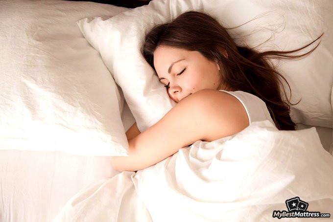 jak sprzedać materace: kobieta śpiąca